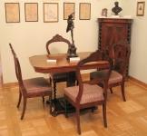 Stół; Polska, 2 poł. XIX w.; drewno fornirowane, oraz Krzesła; Polska, ok. 1850-1870; brzoza, orzech, sosna, fornirowane palisandrem