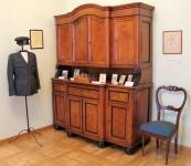 Kredens oraz krzesło zkompletu mebli należących do gen. Władysława Sikorskiego; XIX w.